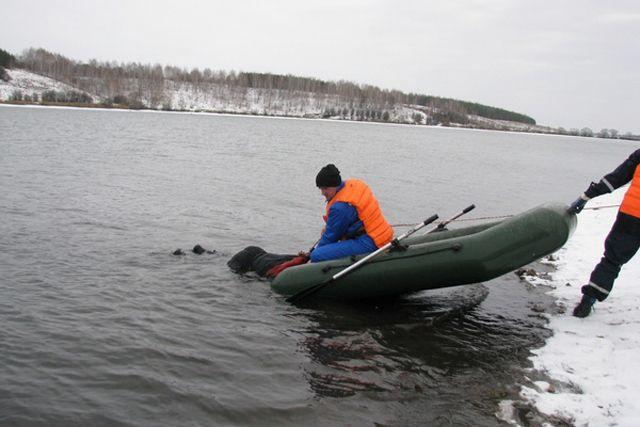 Спасатели отбуксировали тело к берегу.