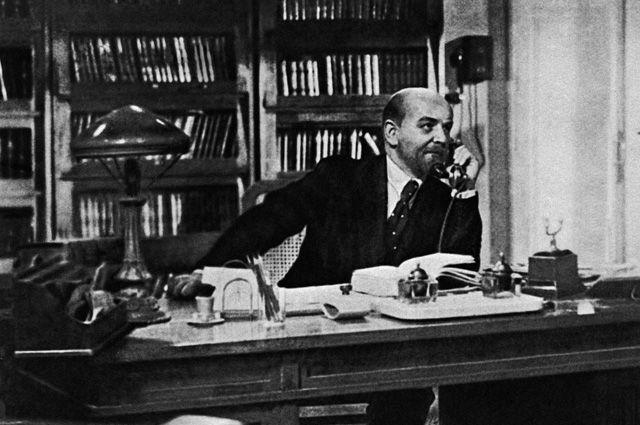 Кадр из кинофильма «Ленин в 1918 году» - Владимир Ленин в своем рабочем кабинете в Смольном. Режиссер Михаил Ромм. В роли В.И.Ленина - актер Борис Щукин. Мосфильм. 1939 год.