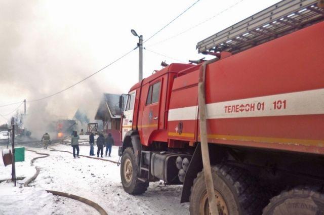ВВерхней Пышме сгорел автосервис, пострадали машины клиентов