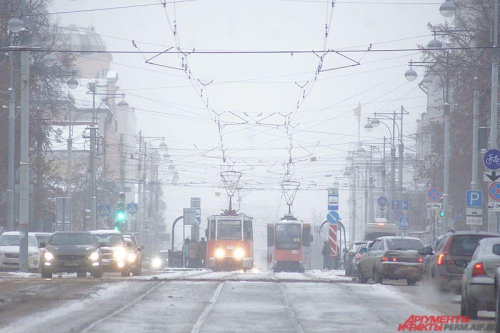 На улице Ленина без пробок ездили только трамваи.