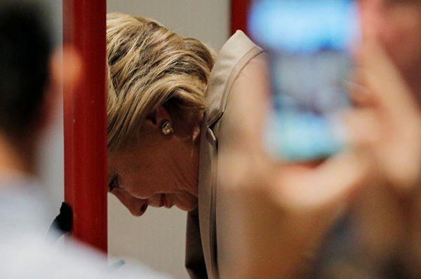 Кандидат в президенты США от демократической партии Хиллари Клинтон заполняет бюллетень на избирательном участке в Чаппаква, штат Нью-Йорк.