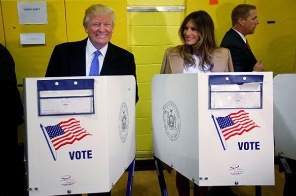 Кандидат в президенты от республиканцев Дональд Трамп и его жена Мелания проголосовали на избирательном участке в Нью-Йорке.
