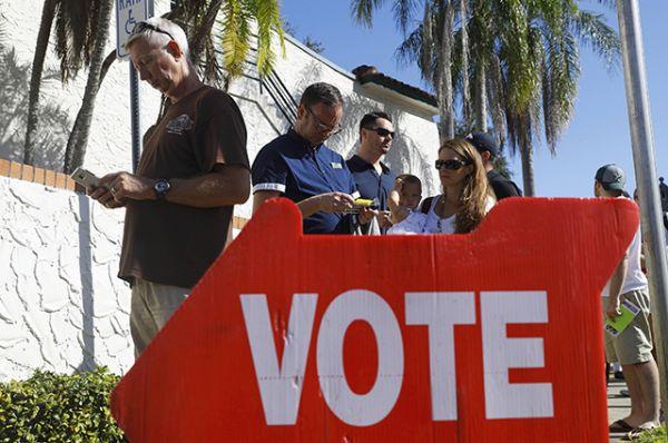 Люди на избирательном участке в Санкт-Петербурге, штат Флорида.