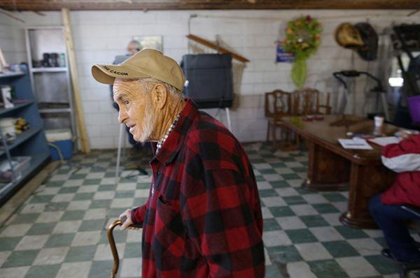 Джеймс Вебстер покидает избирательный участок, расположенный в старом магазине Wilkerson, в городе Диллон, штат Монтана.