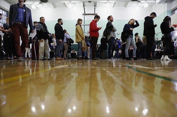 Избиратели стоят в очереди во время голосования на президентских выборах США в Бруклине, Нью-Йорк.