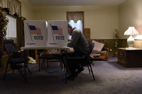 Избиратель заполняет свой бюллетень в гостиной во время президентских выборов США в городе Довер, штат Оклахома.