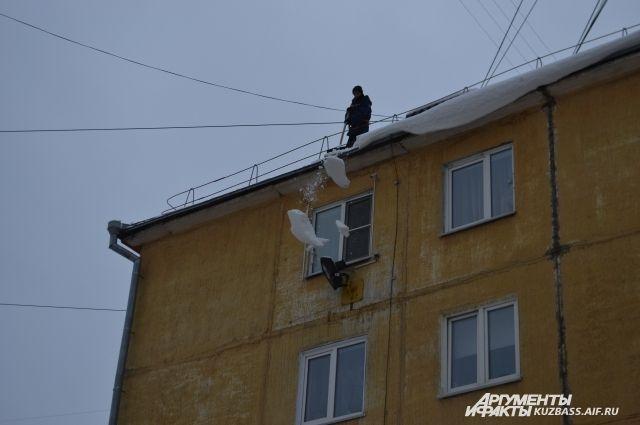 ВКемерове рабочий упал с9 этажа впроцессе уборки снега
