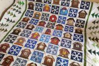Центр одеяла состоит из 35 снежинок и 35 домиков, а 30 ёлочек расположились по бокам.
