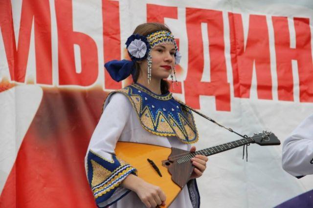 Балалайка - инструмент, шагающий с историей Россией