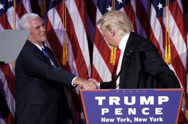 Дональд Трамп приветствует своего напарника Майка Пенса.