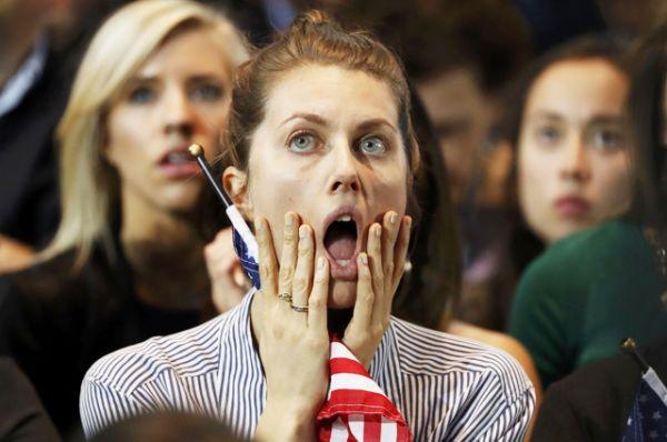 Сторонница Хиллари Клинтон наблюдает за результатами голосования в ночь после выборов.