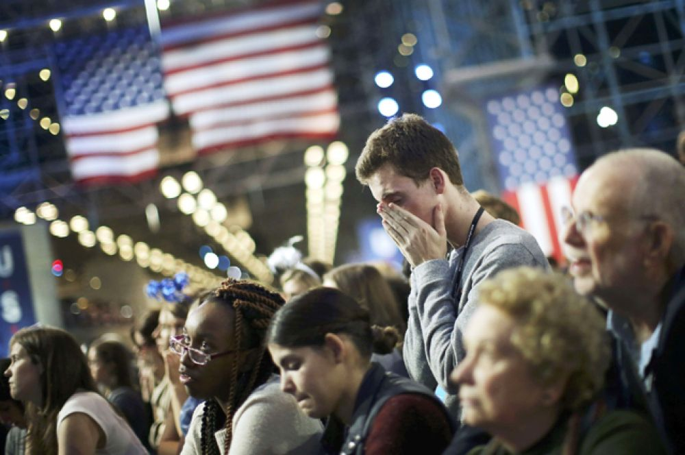 Сторонники Хиллари Клинтон во время подсчета голосов.