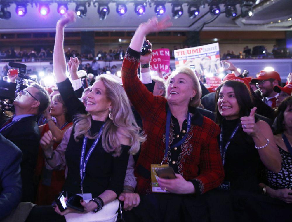 Сторонники Дональда Трампа наблюдают за результатами голосования.