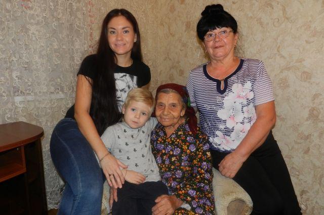 Свет в окошке для 95-летней Авы Меметовой - правнук Платон.
