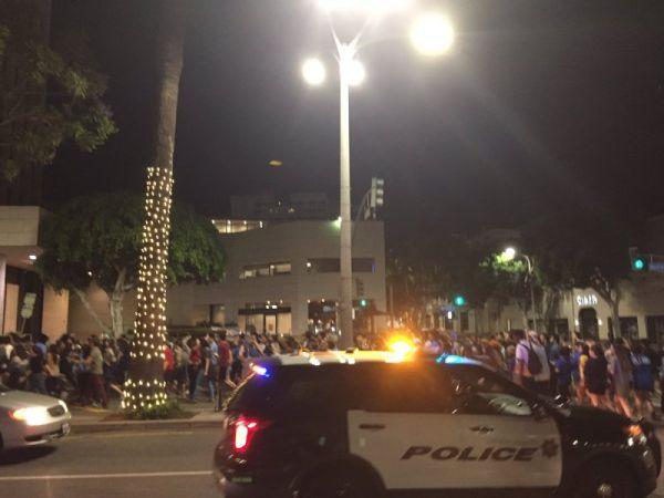 Видим, что народа, протестующего против того, что Трамп стал президентом США, собралось достаточно много