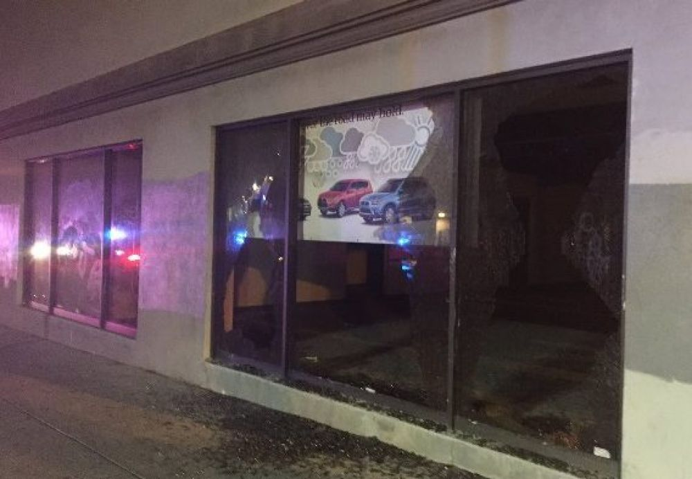 В городе начали появляться разбитые витрины