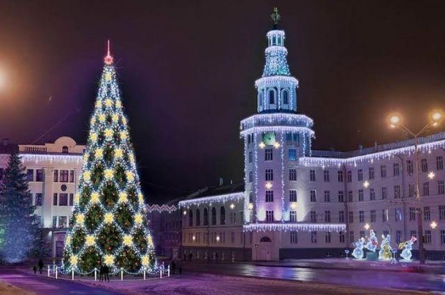 ВЧебоксарах начали устанавливать новогоднюю елку за6,6 млн руб.