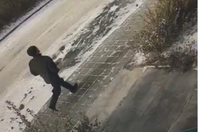 По видео можно опознать подозреваемого в ограблении.