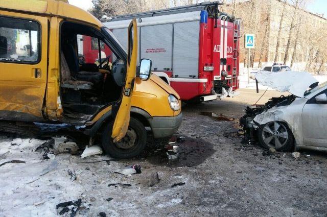 Первыми на месте аварии оказались автоинспекторы.