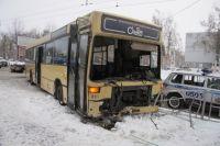 Автобус врезался в ограждение в городе