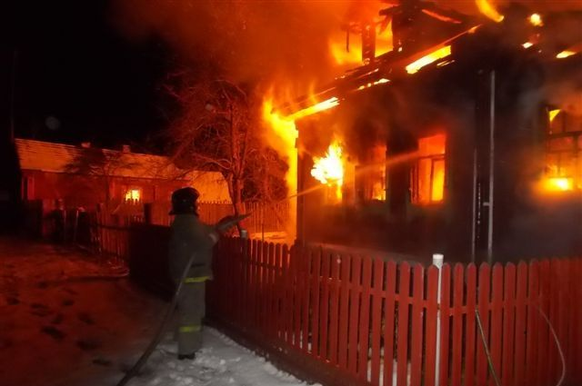 ВОмске сгорела крыша частного дома, пожар тушили 28 служащих МЧС
