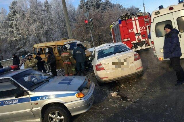 На месте аварии почти сразу оказались автоинспекторы.