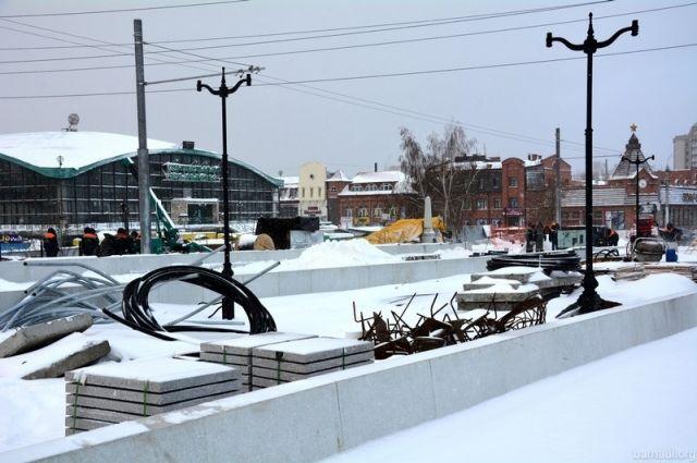 Рабочие благоустраивают мост через Барнаулку