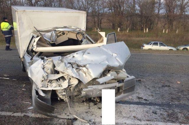 НаСтаврополье столкнулись грузовой фургон, легковой автомобиль итрактор