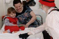Во время посещения участниками благотворительного фонда «Доктор Клоун» Российской детской клинической больницы в Москве.