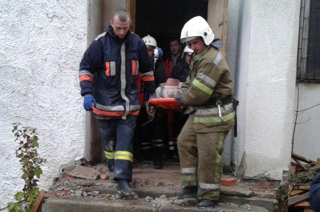 Спасатели выносят пострадавшего