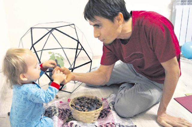 Семья Мироновых раздаёт желуди желающим и приглашает весной на акцию по высадке дубовой аллеи.