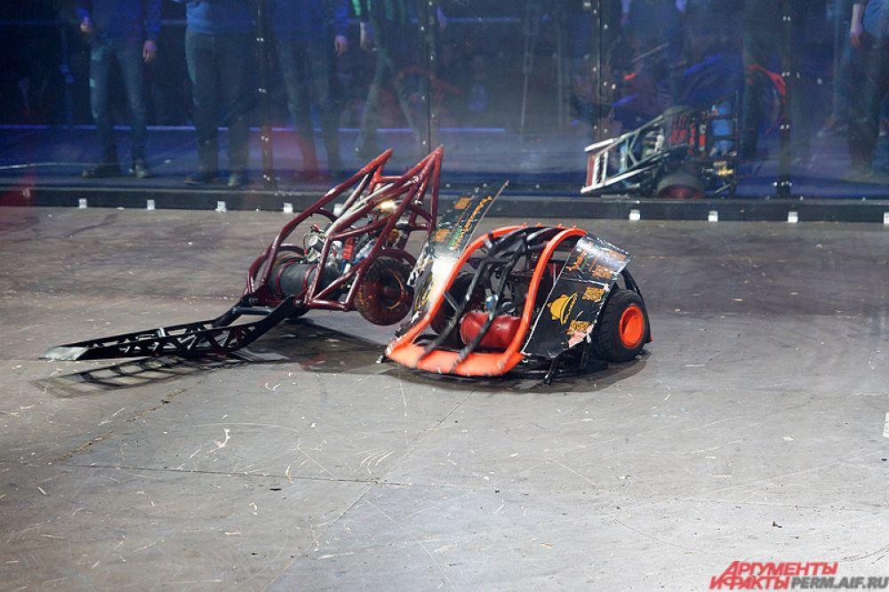 Их робот не оставил шансов врагам на ринге.