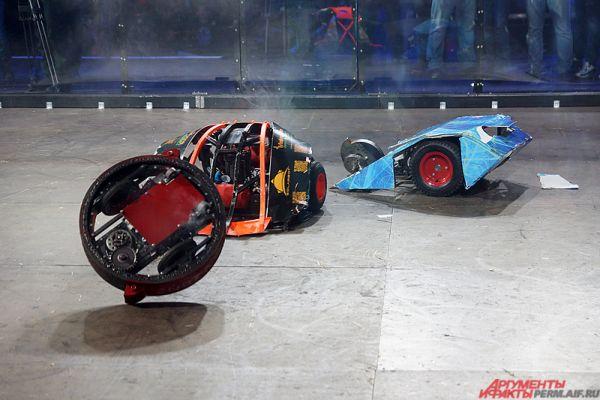 Размеры роботов должны составлять 90х90х90, вес не должен превышать 60 кг. Также не допускалось использование огневых устройств, нельзя было стрелять, разливать жидкость и создавать радиопомехи.
