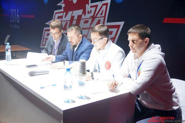 За каждым действием роботов на ринге следили члены жюри.