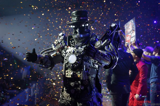 Помимо роботов-бойцов на сцене позировали двухметровые киборги, которые развлекали зрителей.