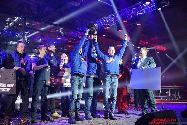 Ребята взяли главный приз - кубок, а также чек на сумму 300 тысяч рублей.