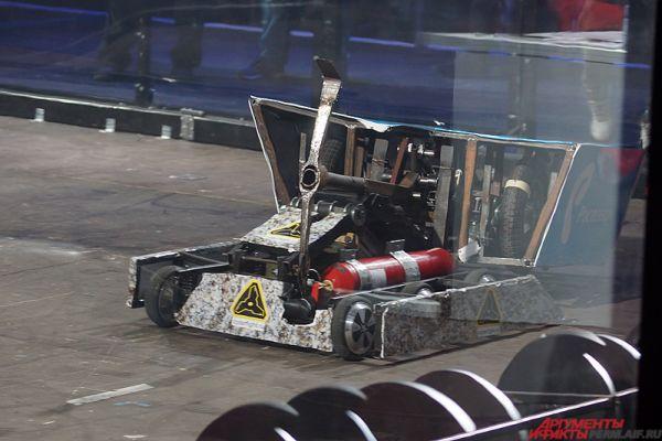 Восторг пермяков вызвал робот «Шахтёр», который своей железной киркой, словно скорпион жалом, буквально пронзал насквозь противников.