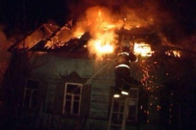 Под Воронежем напожаре вжилом доме сгорела «Мазда»