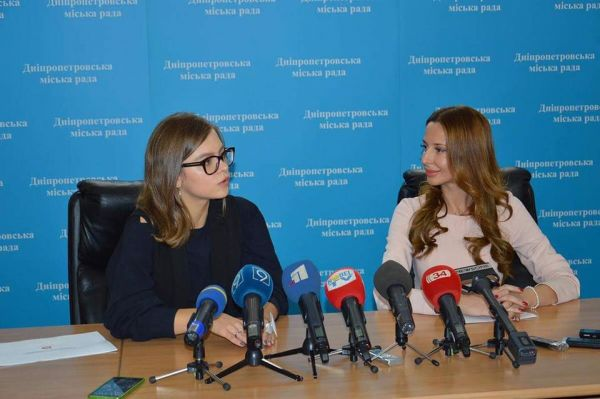 Анастасия Деева (слева) и заммера Днепра Яника Мерило