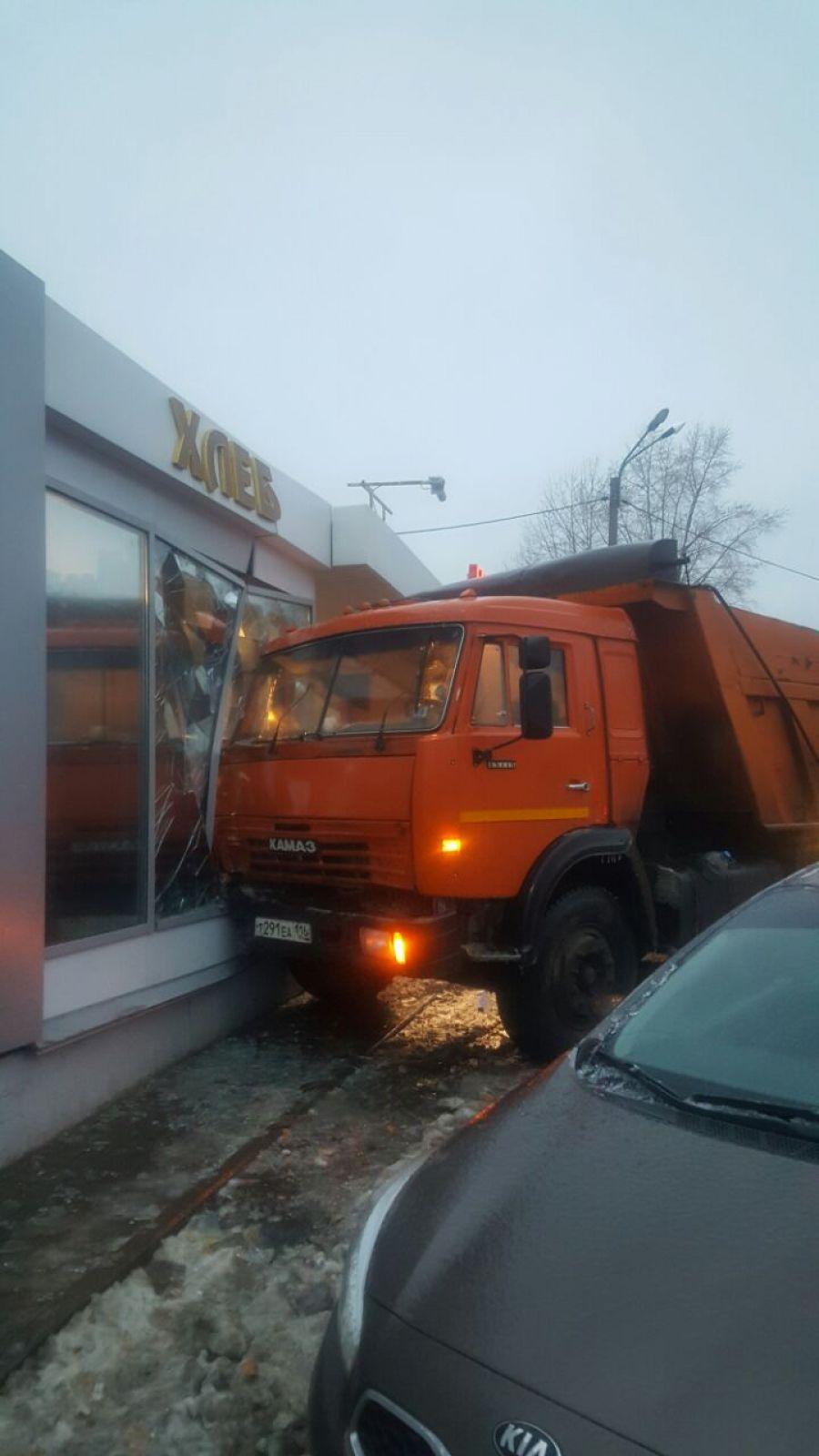 Происшествие в поселке Мирный - недалеко от школы №129 КАМАЗ влетел в хлебный магазин.
