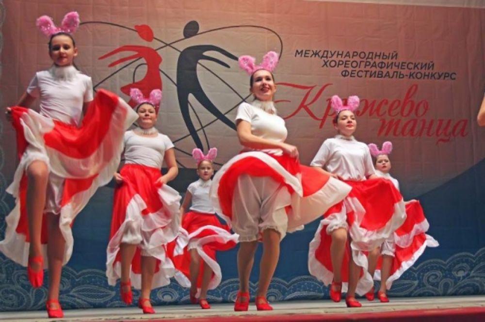 Участники продемонстрировали также фольклор – исторический, национальный, региональный танцы – с вокалом и без него.