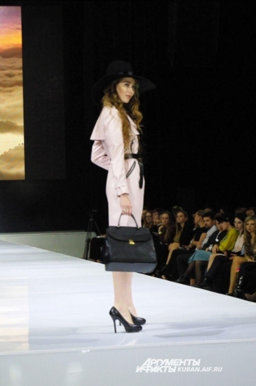 И, конечно, модницам не обойтись без вполне классического плаща.