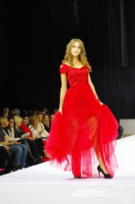 Роскошное красное платье от московского дизайнера Анастасии Мишиной.