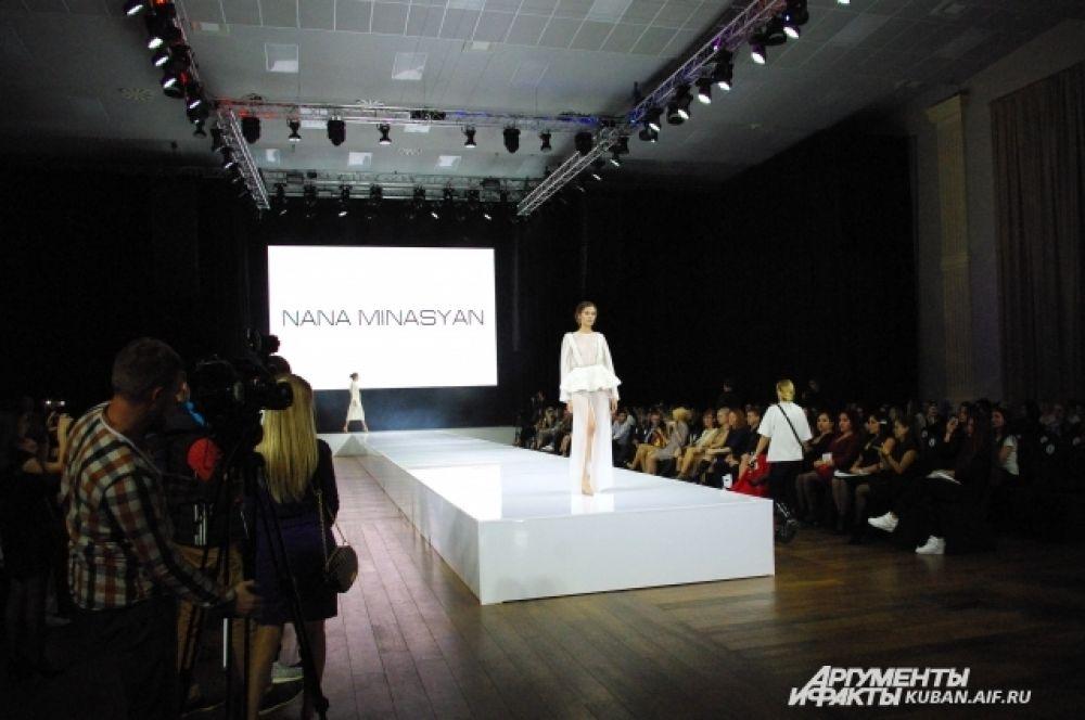 Свободных мест в зале на Неделе моды в Краснодаре практически нет.