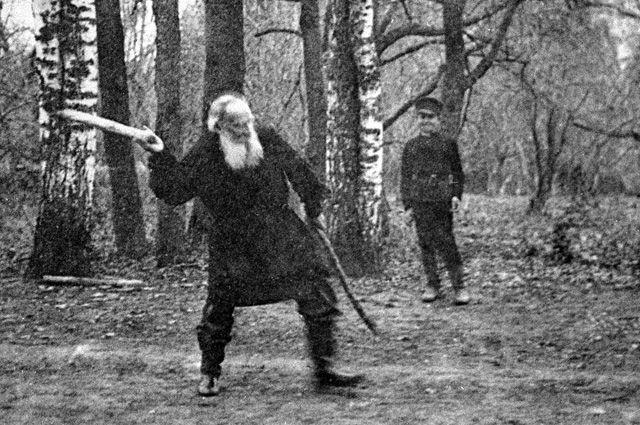 Писатель Лев Николаевич Толстой играет в городки в усадьбе «Ясная поляна». Репродукция фотографии, сделанной Владимиром Чертковым в 1909 году из музея Л. Толстого в Москве.