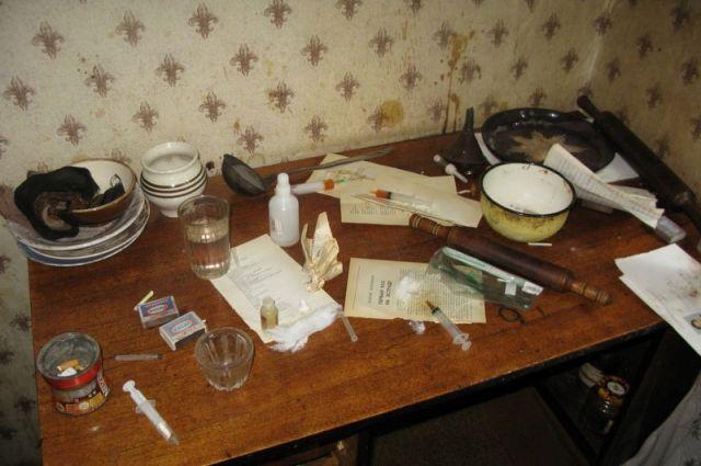 В квартире были изъяты шприцы и другие предметы для употребления наркотиков.