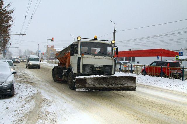 Снег на трассах Брянска убирают 74 спецмашины