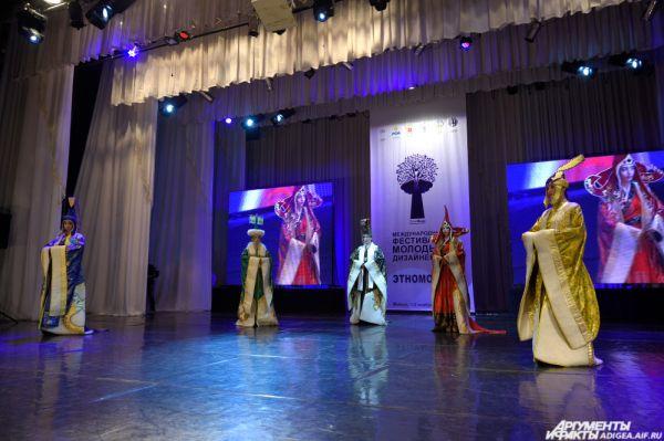 «Сценический костюм с элементами ЭТНО». 1 место – коллекция «Царица Аржаан» (Чинция Монгуш).