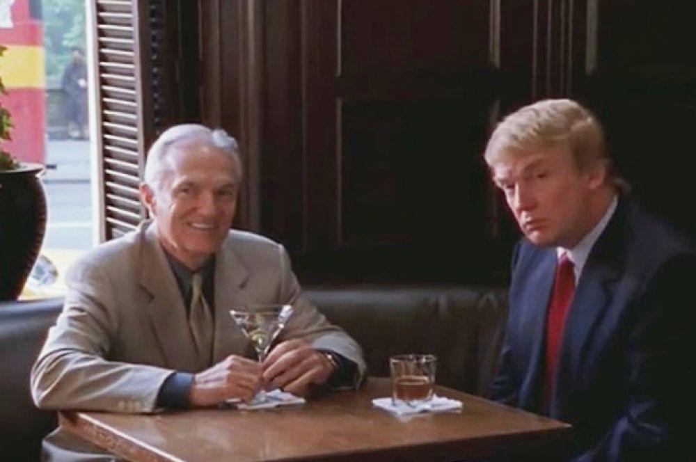 В одной из серий популярного сериала «Секс в большом городе» (1998 – 2004) Саманта знакомится с богатым пожилым мужчиной. А персонажа, сидящего с ним за одним столом, играет Трамп.
