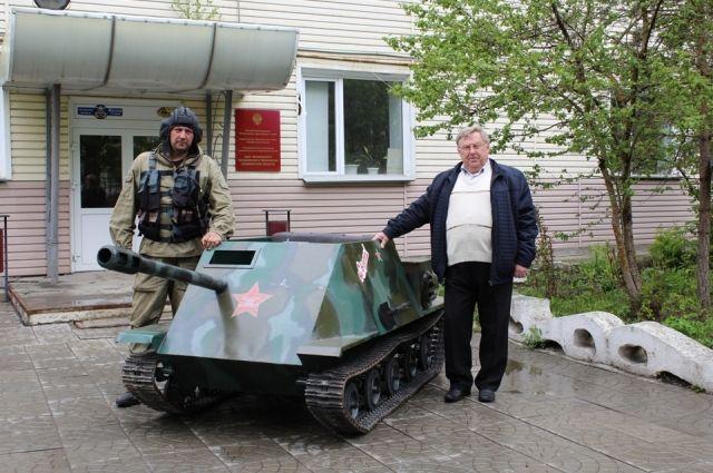 Дети собрали мини-копию танка. Он почти настоящий, только  маленький. Весит 400 кг.